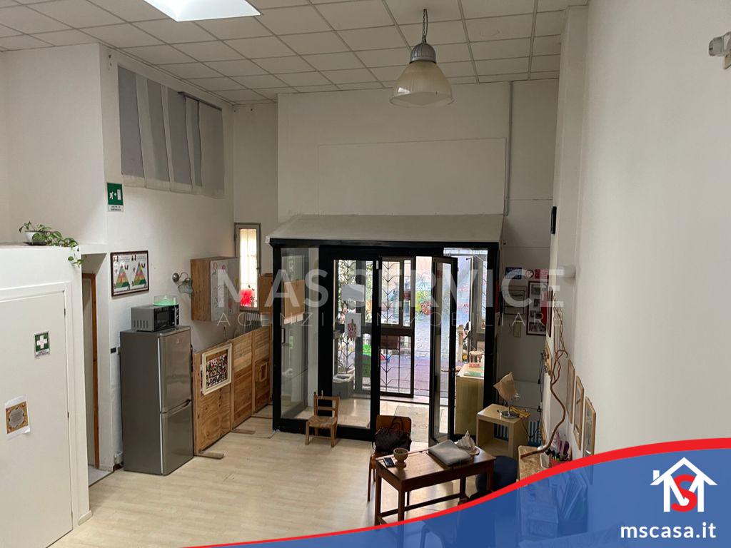 Locale Commerciale in vendita zona Ostiense a Roma Vista Entrata da Soppalco