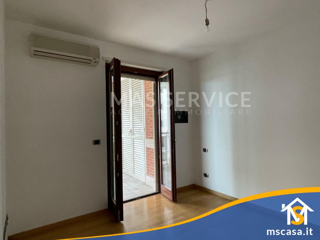 Bilocale in affitto zona Mezzocammino a Roma Vista camera matrimoniale dettaglio finestra
